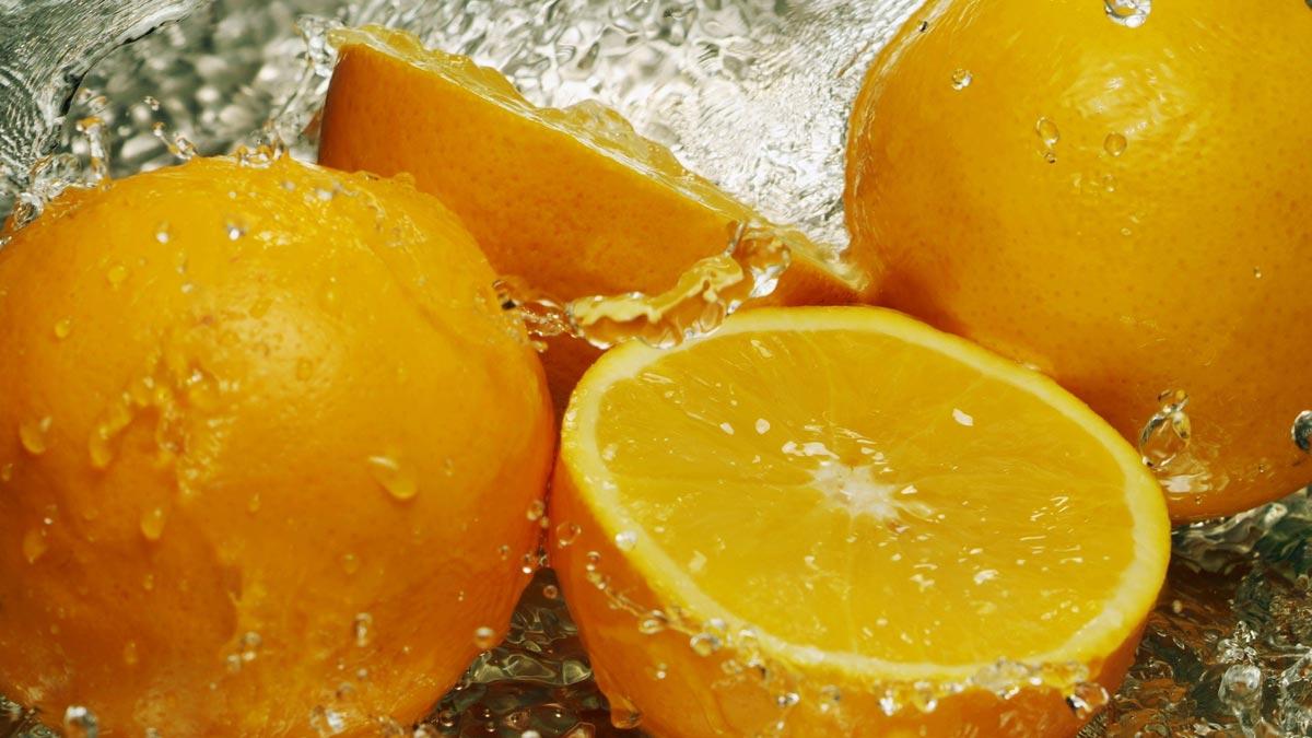 Можно использовать апельсиновую корочку в качестве вазочки. Фото с сайта goodfon.ru