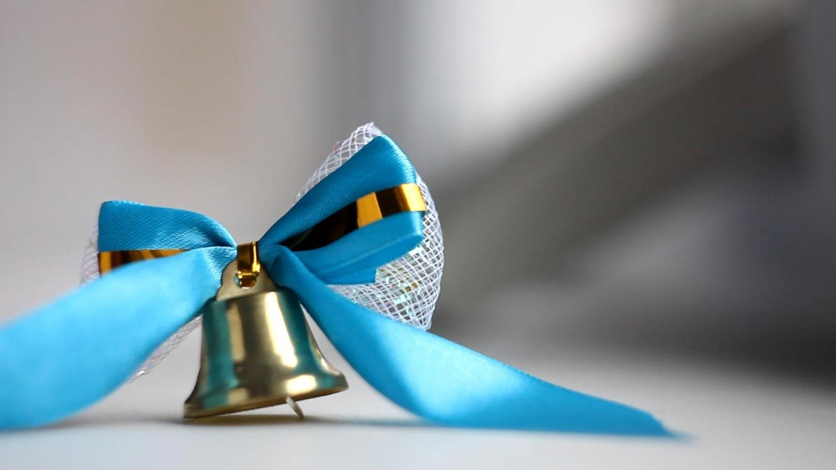 На выпускном обязательно должна быть официальная часть. Фото с сайта www.fonstola.ru