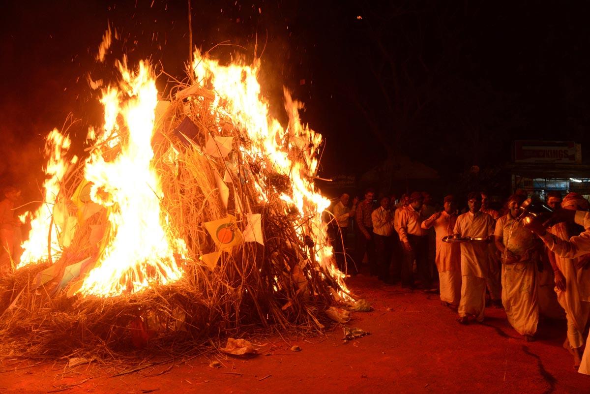 Сожжение чучела Холики. Фото с сайта media3.popsugar-assets.com