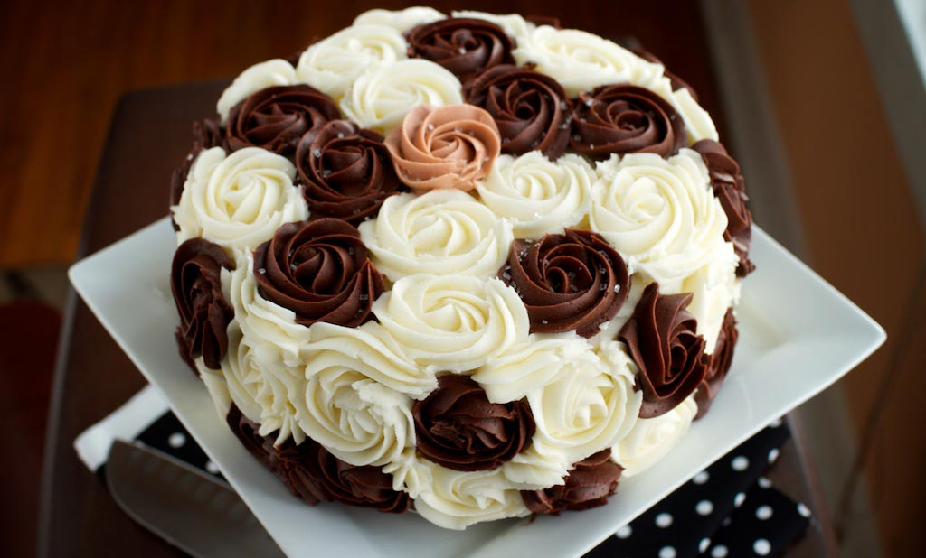 Оригинальное украшение торта кремом. Фото с сайта 32lxcujgg9-flywheel.netdna-ssl.com