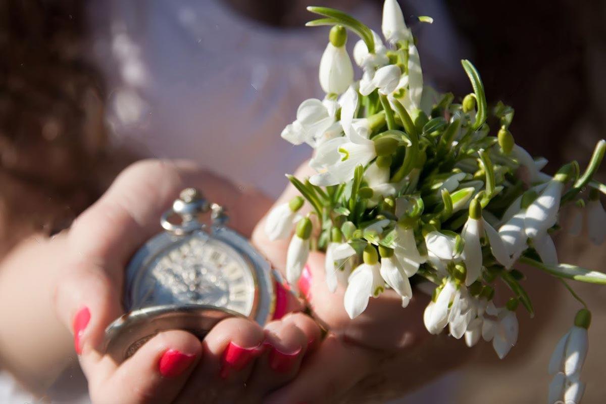 Букет подснежников из живых цветов и не только 1