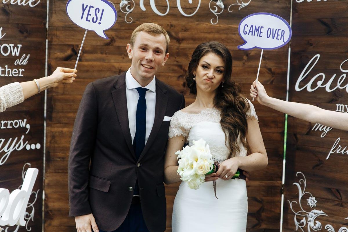 Идея реплик на палочках популярна на свадьбах. Фото с сайта studiosc.ru