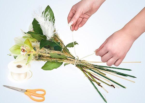 Аккуратно заверните букет. Фото с сайта www.florist.ru