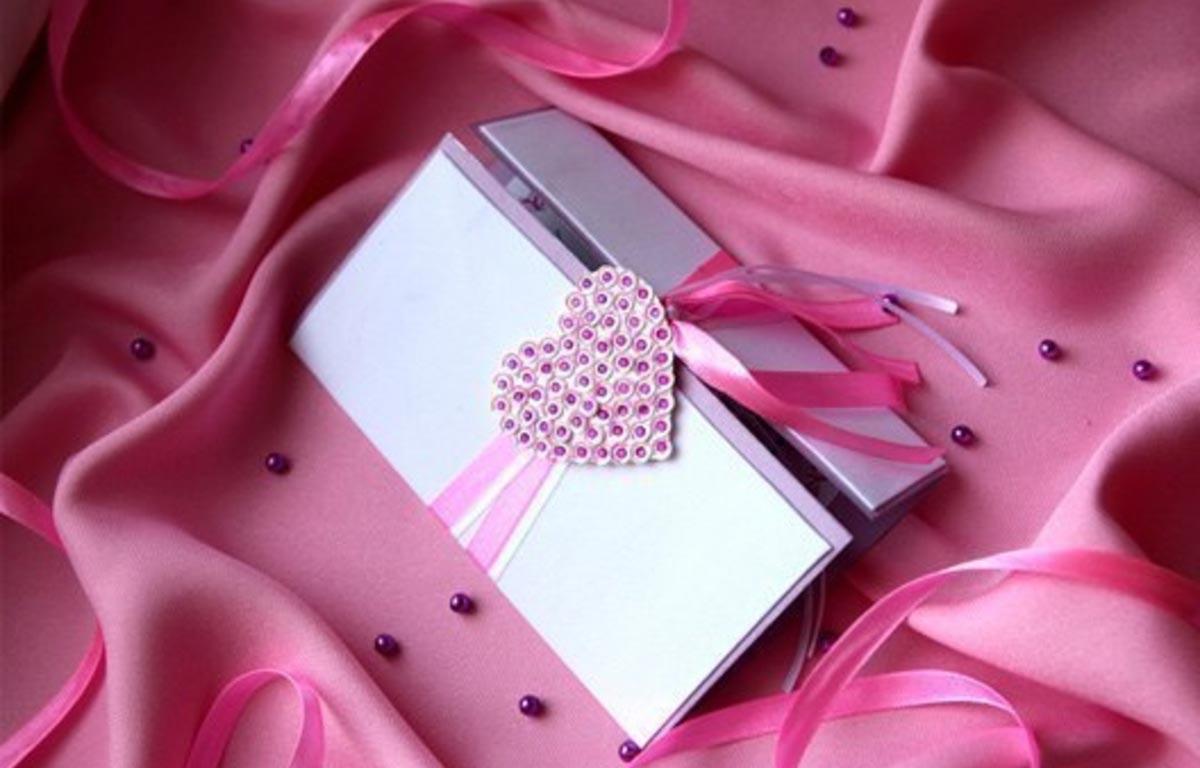 Приглашение с розовым сердцем. Фото с сайта wedexpertimage.blob.core.windows.net