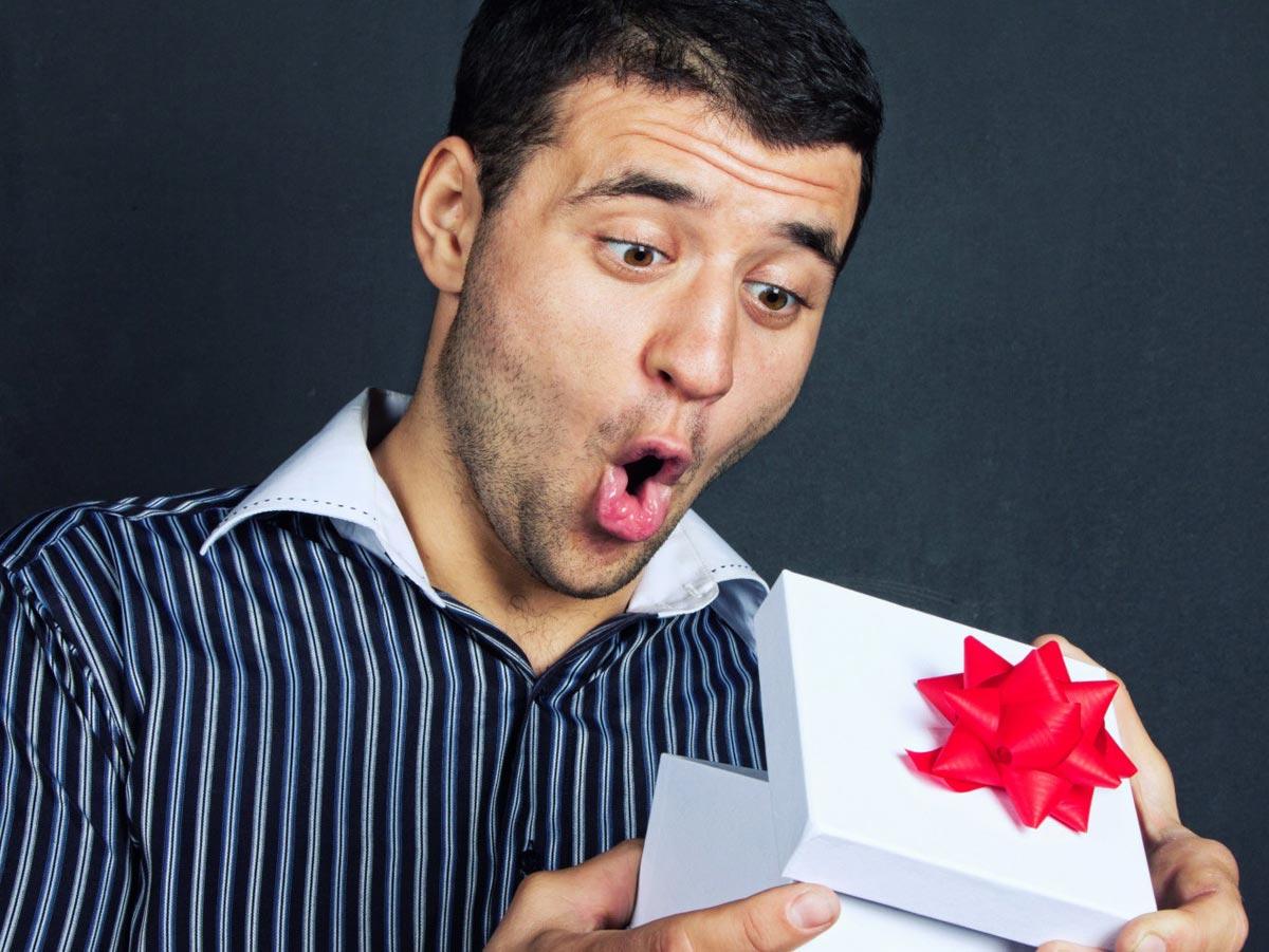 Смешной подарок может оказаться самым желанным. Фото с сайта podarit.net