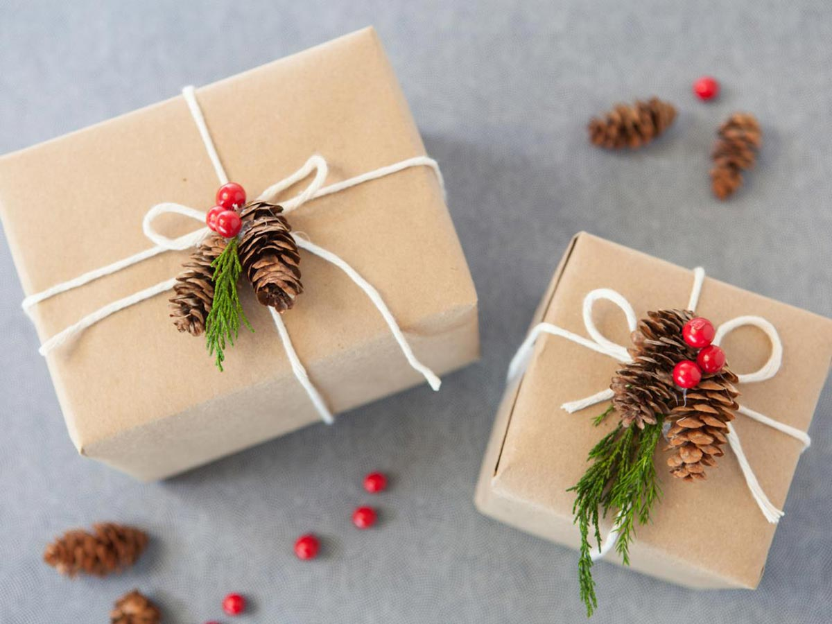 Простое и стильное украшение подарков. Фото с сайта vseprazdnichki.ru