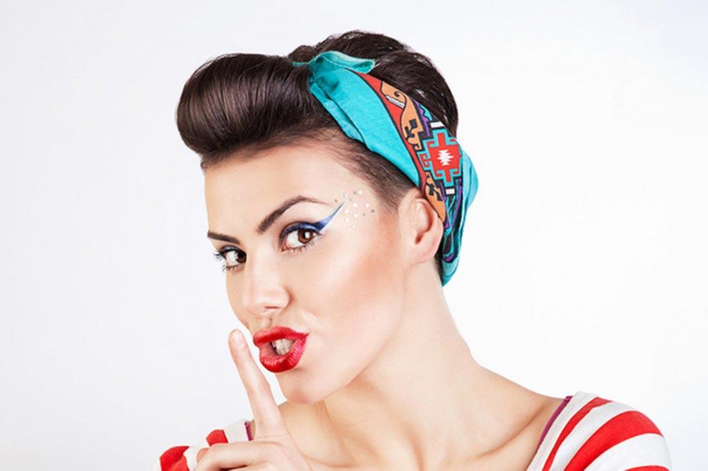 Сделать укладку на короткие волосы чуть сложнее. Фото с сайта medium-hairs.com