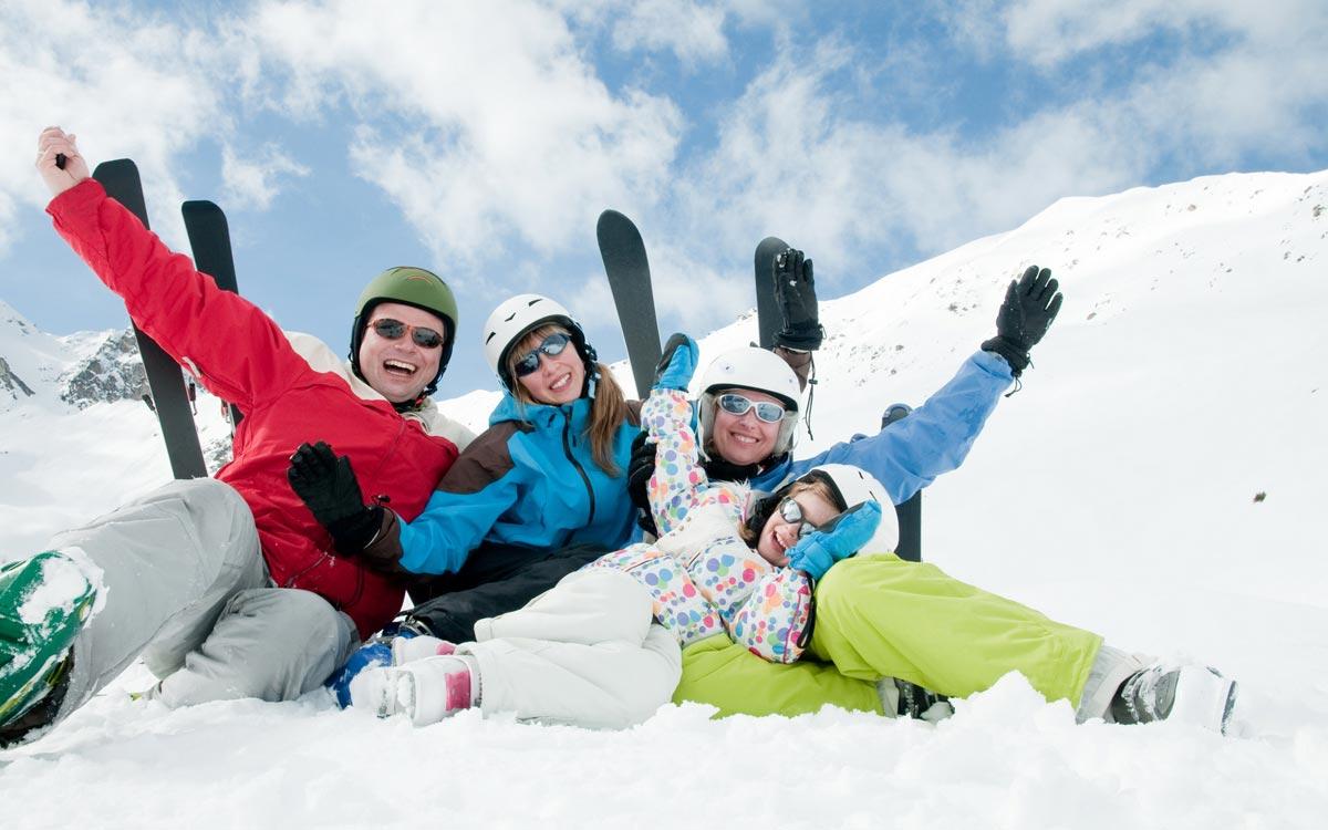 Зимние развлечения тоже могут стать неплохим подарком. Фото с сайта mirprogulka.com