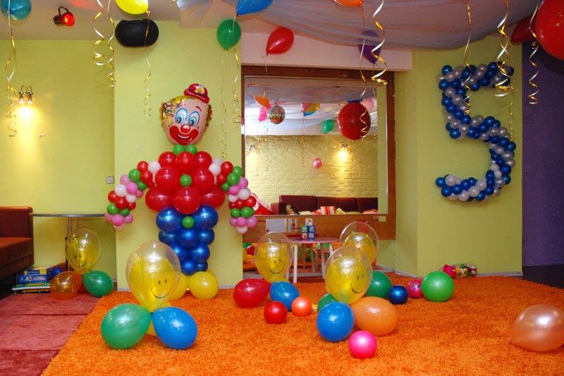 Украсьте комнату воздушными шарами и фигурами из них. Фото с сайта fotodekora.ru