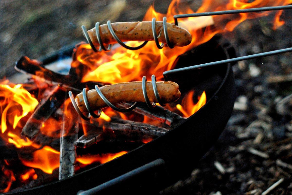 Сосиски на огне. Фото с сайта survival-tips.info