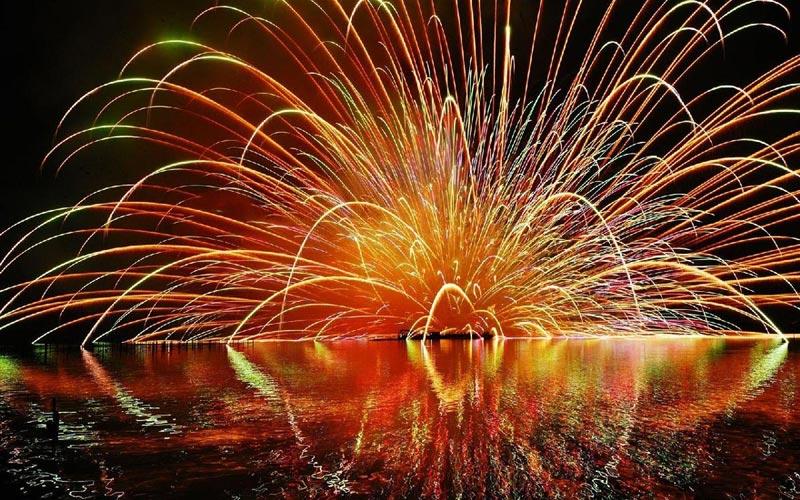 Отражение на воде усиливает эффект салюта. Фото с сайта epira.ru