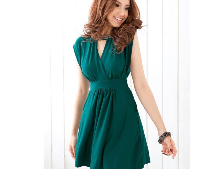 Платья темных тонов могут быть легкими и струящимися. Фото с сайта clothing-dropship.com