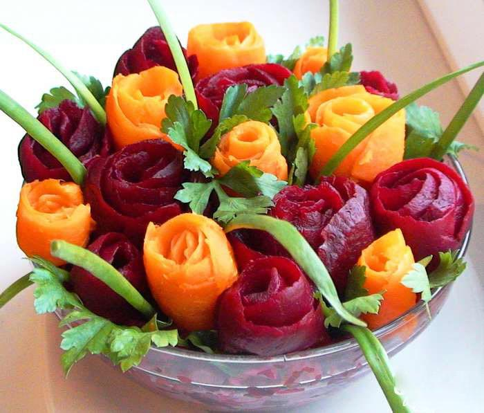 Розы из моркови и свеклы. Фото с сайта www.edimdoma.ru
