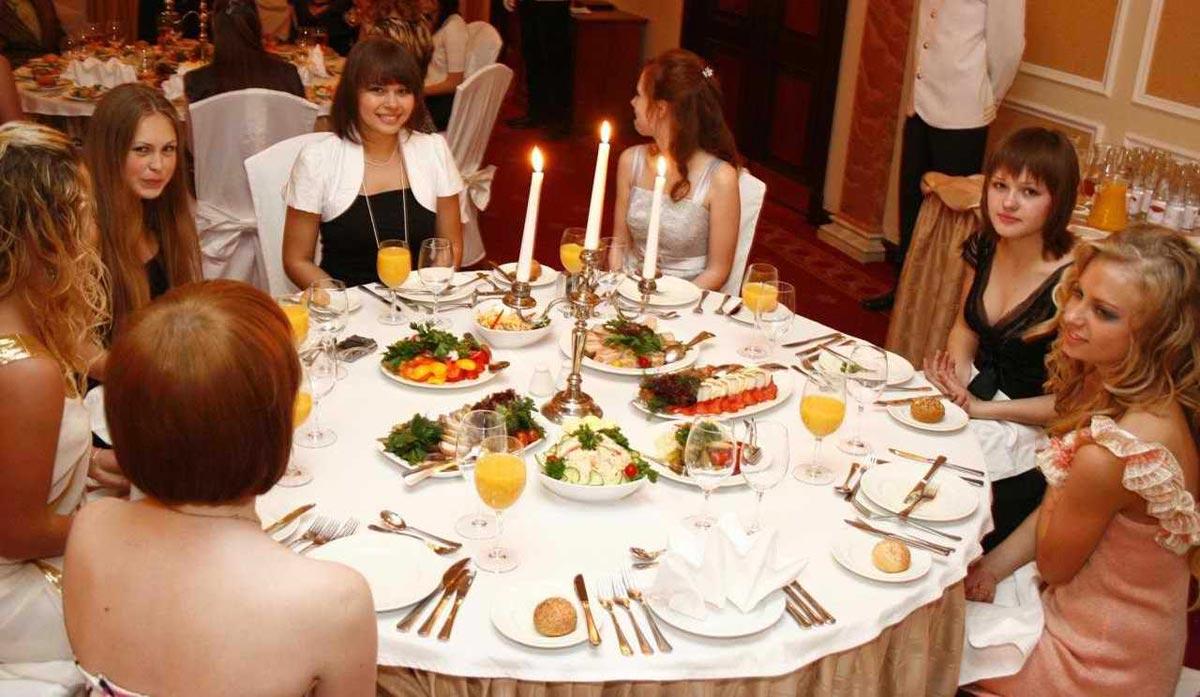 Выпускницы за столом. Фото с сайта www.elisrecords.ru