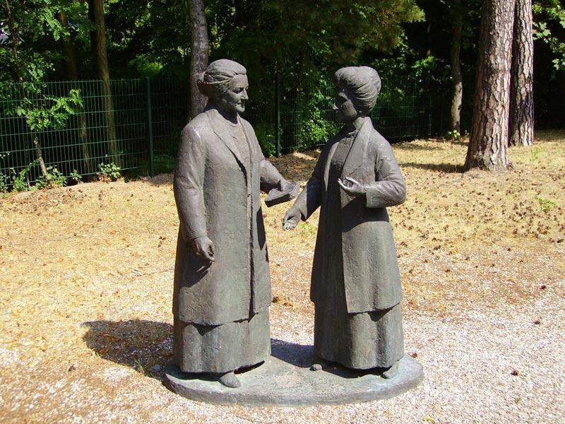 Клара Цеткин и Роза Люксембург. Фото с сайта www.birkenwerder.de