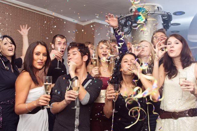 Новый год с коллегами не обязательно должен быть официальным. Фото:allwomens.ru