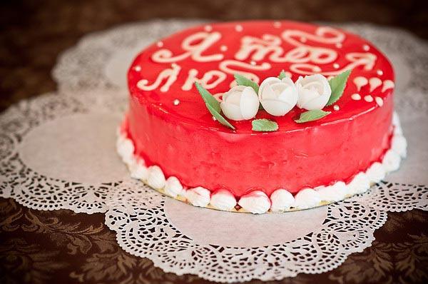 Кремовые буквы на торте. Фото с сайта ufa.allcafe.ru