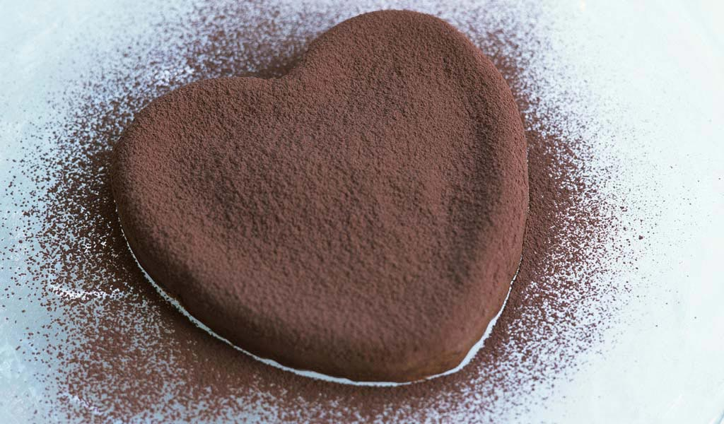 Шоколадный торт сердечком. Фото с сайта www.winwalls.ru