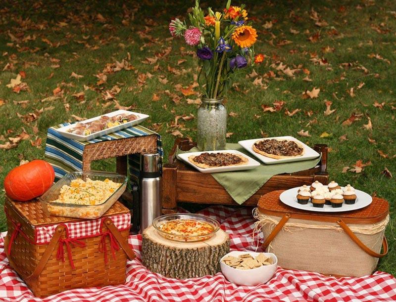 Все, что нужно для вкусного пикника. Фото с сайта www.jackscatering.ru