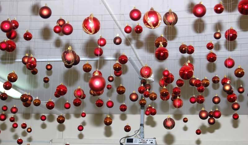 Просто подвесьте красивые шары к потолку. Фото с сайта vtemu.by