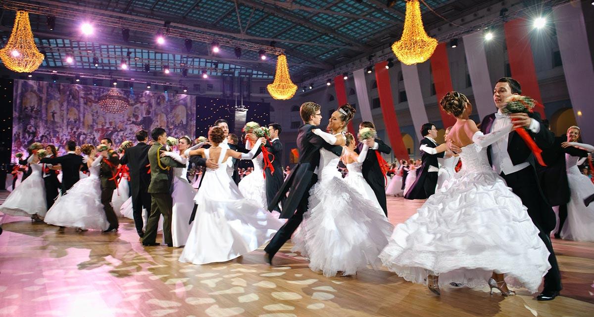 Выпускники традиционно танцуют вальс. Фото с сайта ytimg.com