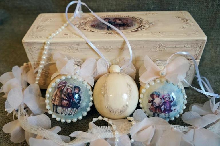 Новогодние шары ручной работы могут стать изысканным подарком. Фото:diy.ru