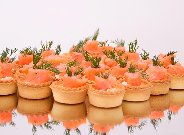 Лососевый крем в тарталетках. Фото с сайта www.cote-catering.ru