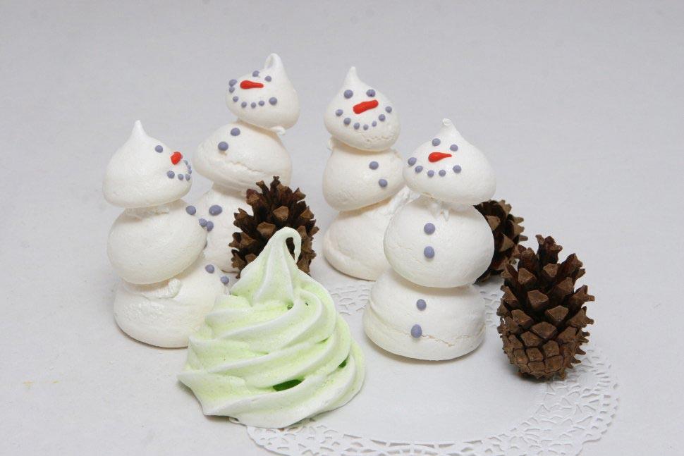 Снеговичок из безе. Фото с сайта studiofood.ru