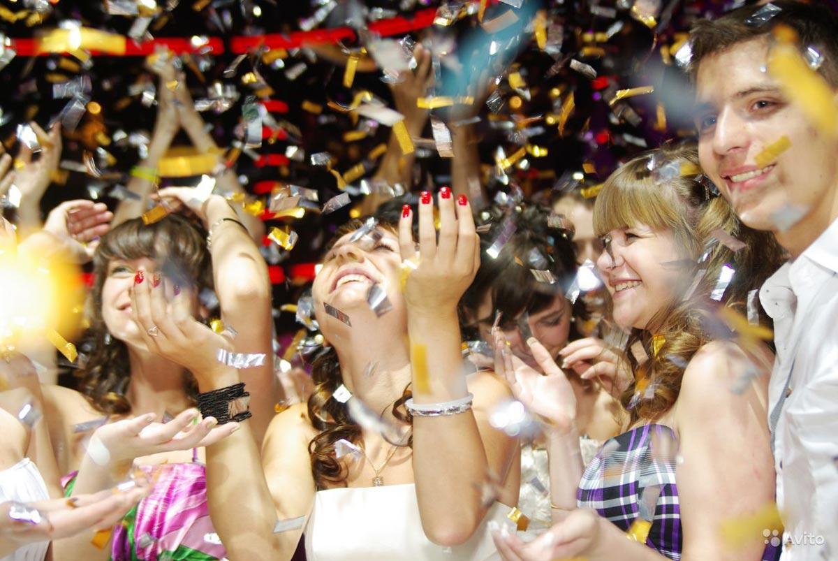 Улыбки - лучшая оценка диджею на выпускном. Фото с сайта static.sakh.com