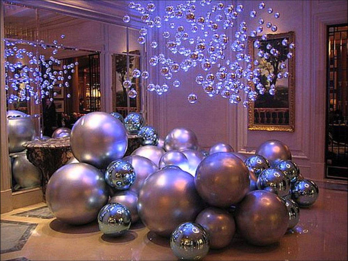 Огромные елочные шары. Фото с сайта www.youtube.com