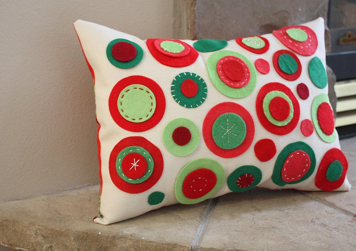 Сшейте подруге фетровую подушку. Фото с сайта www.dekorstore.net