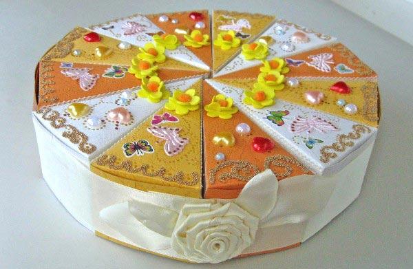 Можно оформить коробочки с подарочками в виде тортика. Фото с сайта stranamam.ru