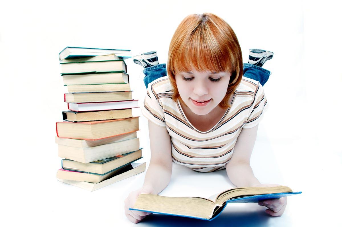 Всячески поддерживайте интерес девочки к книгам. Фото с сайта iphoto.md