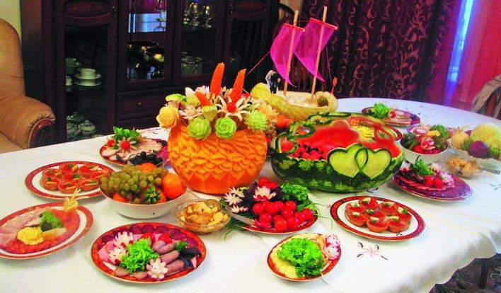 Фруктовый сладкий стол. Фото с сайта omsk.lamoursk.ru