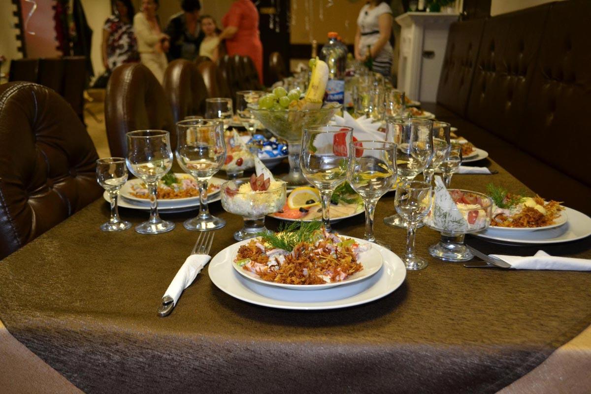Что включить в меню банкета на выпускной? Фото с сайта stolovaya-jarkoe.ru