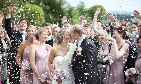 Белое платье, гости и торт – все это атрибуты традиционной свадьбы.Фото: domnevest.com