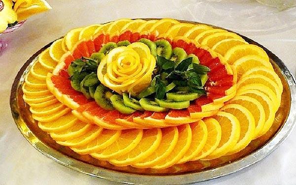 Фруктовая нарезка с розой из апельсина. Фото с сайта supercook.ru