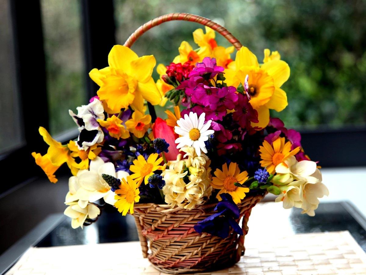 Букет в корзине - цветущий подарок. Фото с сайта picsfab.com