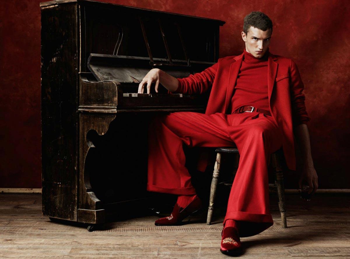 Красный костюм для мужчины - рискованный образ - для смелых. Фото с сайта omskfashiondesignschool.com