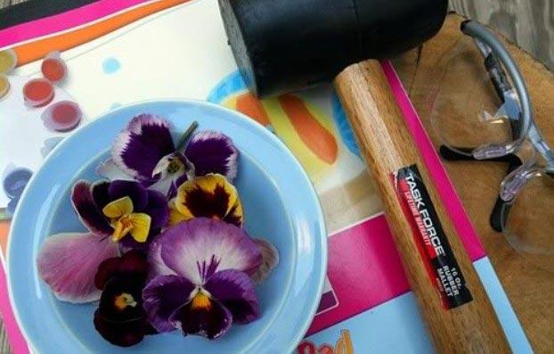 Открытка с отпечатками цветов. Фото с сайта otkrytki-svoimi-rukami.ru