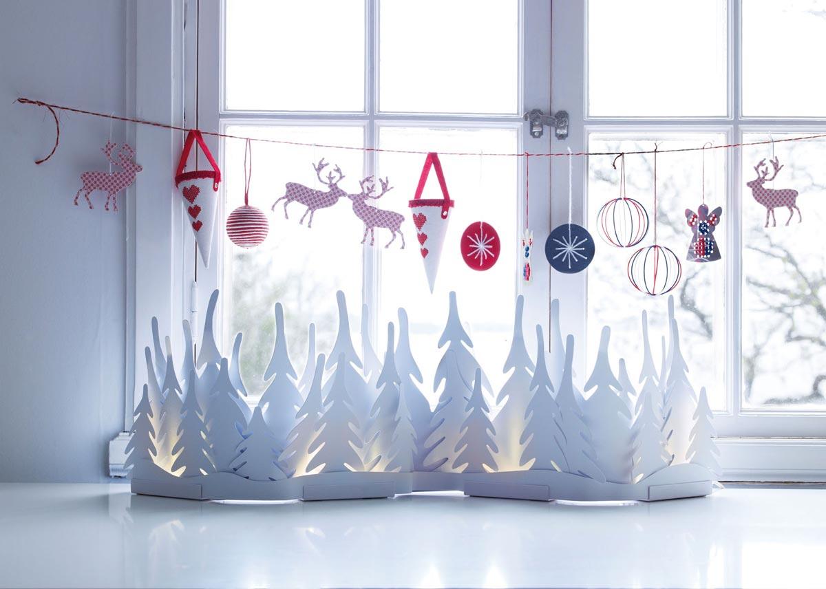 Новогодняя гирлянда на окне. Фото с сайта www.decorahoy.com