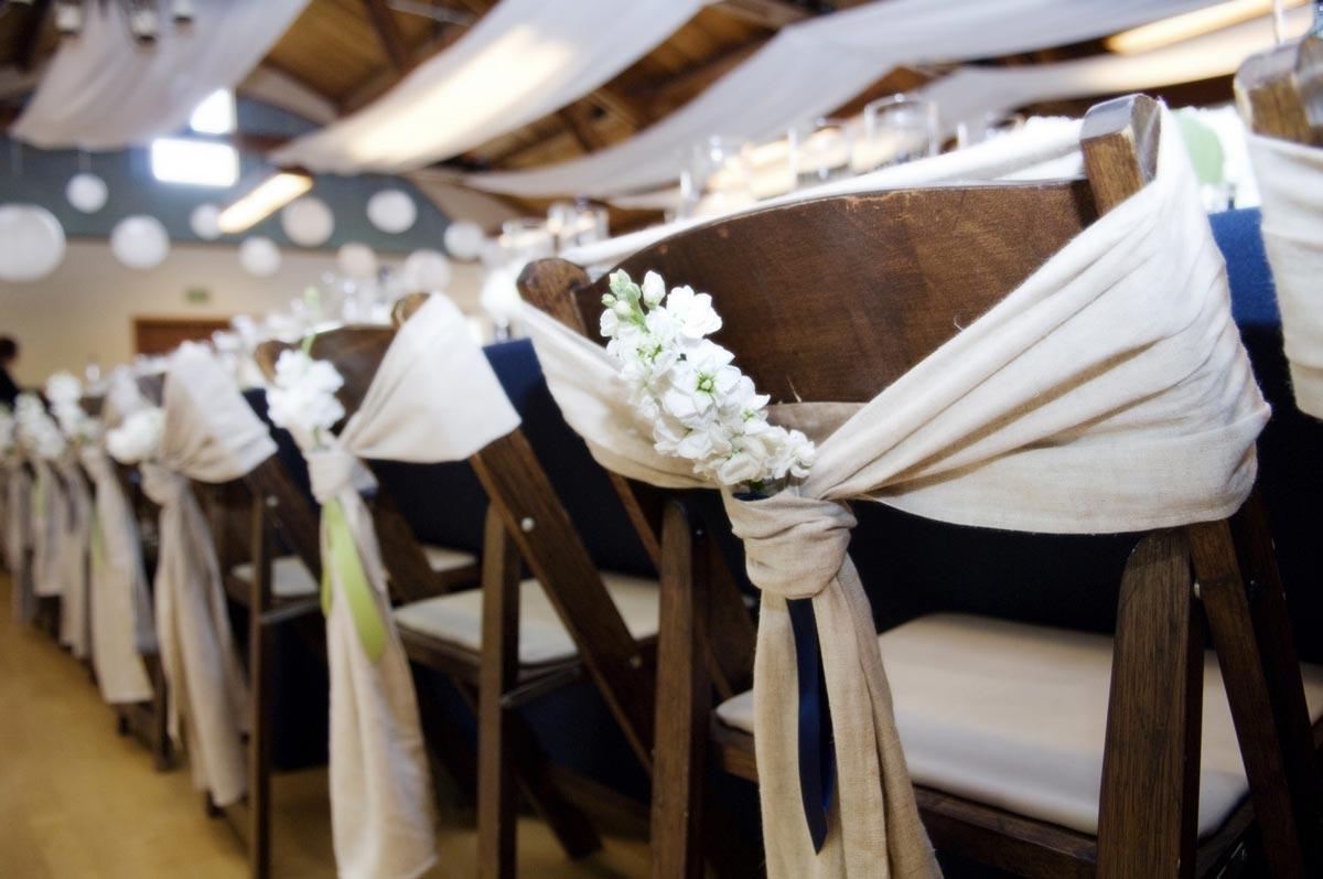 Декор стульев цветами. Фото с сайта www.svadbagolik.ru