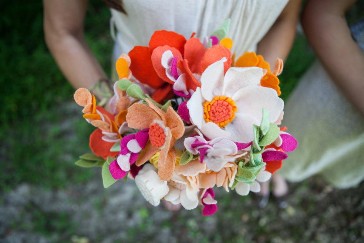 Букеты из фоамирана. Фото с сайта wedding-pictures.onewed.com