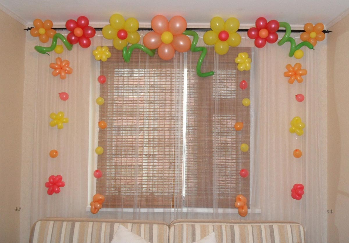 Несложное украшение из шаров. Фото с сайта shar56.ru