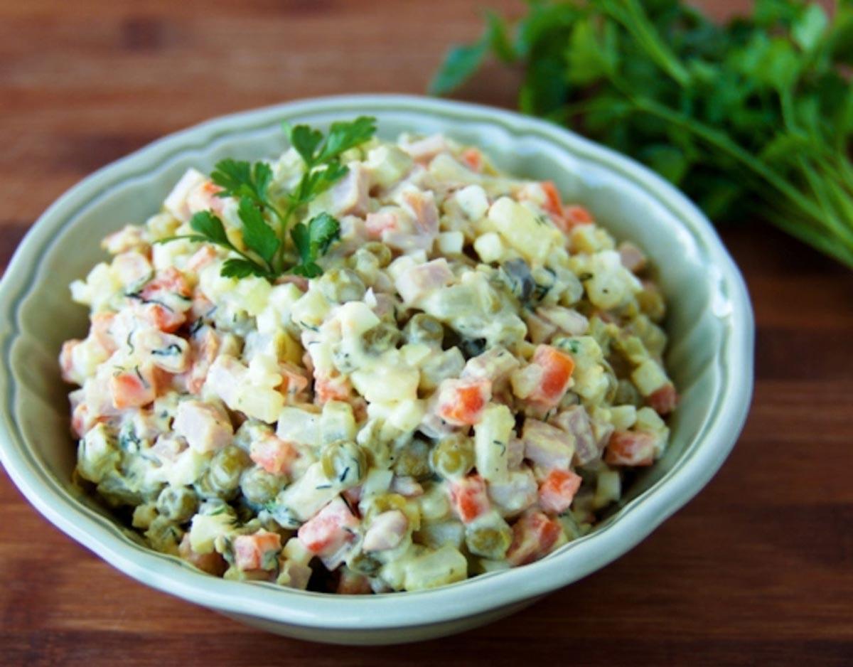 Простой салат для летнего пикника. Фото с сайта vkusis.ru