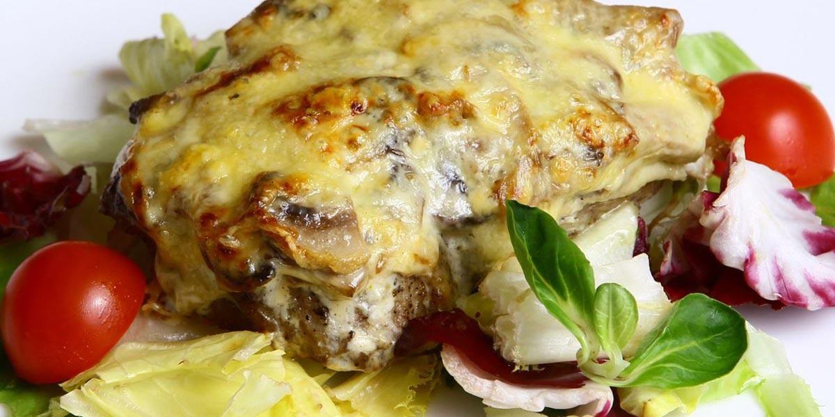 Мясо по--французски можно назвать классикой новогодних блюд. Фото с сайта idealla.ru