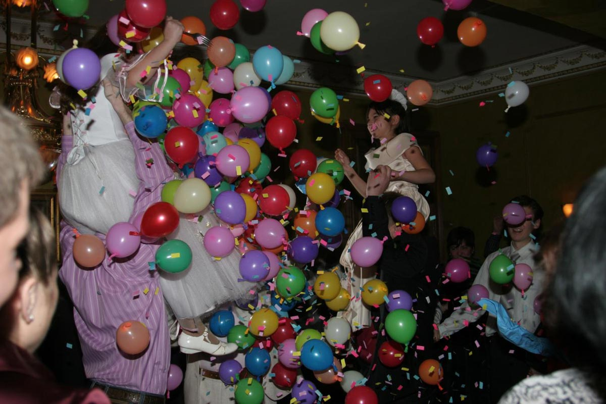 Веселье с шарами-сюрпризами. Фото с сайта gorod-prazdnika.hosting.amdesign.ru