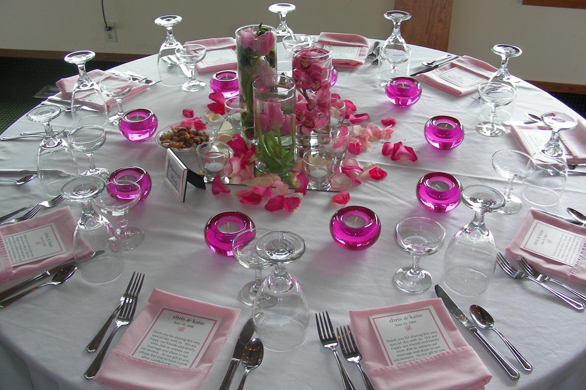 Стильная сервировка стола на день рождения. Фото с сайта upload.wikimedia.org