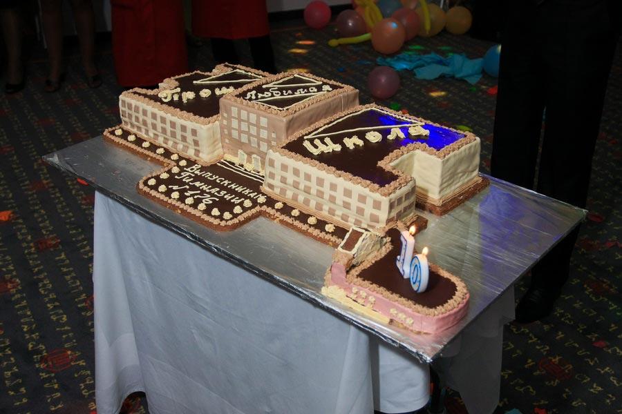 Торт в форме школы. Фото с сайта prazdnik-td.ru