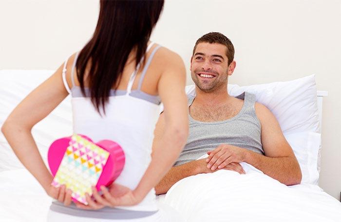 Начните поздравлять мужа сразу после того, как он проснется. Фото: podarkovod.ru